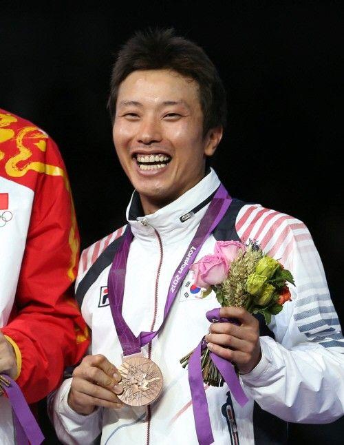 2012 런던올림픽에 출전한 한국 남자 펜싱 대표팀의 최병철이 1일(한국시간) 영국 엑셀 런던 사우스 아레나에서 열린 펜싱 남자 플뢰레 개인전에서 동메달을 획득했다.
