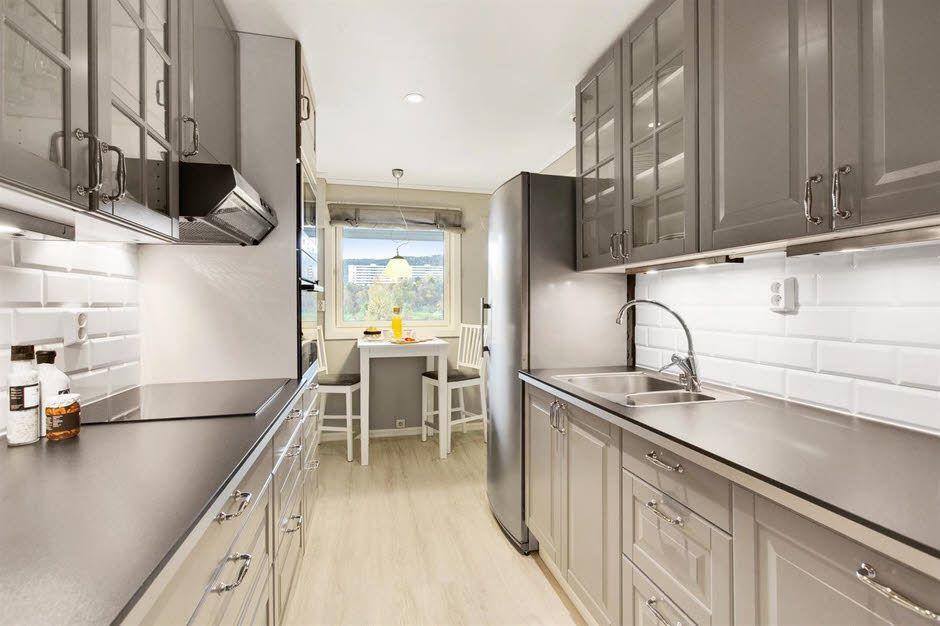 Kjøkkenet er innbydende og har god skap- og benkeplass