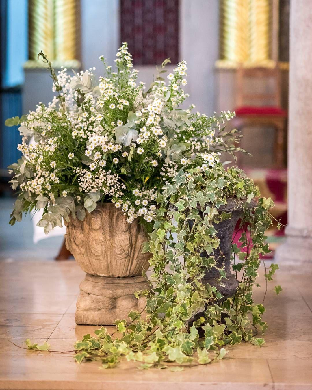 La decoración del interior de la iglesia fue en blanco y verde.Llenamos jarrones nuestros y también varios de piedra que están fijos en el altar con aster, paniculata, alstroemerias...que son flores que nos encantan para las bodas del verano. Texto @emmabaizan  Foto @liven_ph  Más fotos en el blog. #elinvernaderooviedo