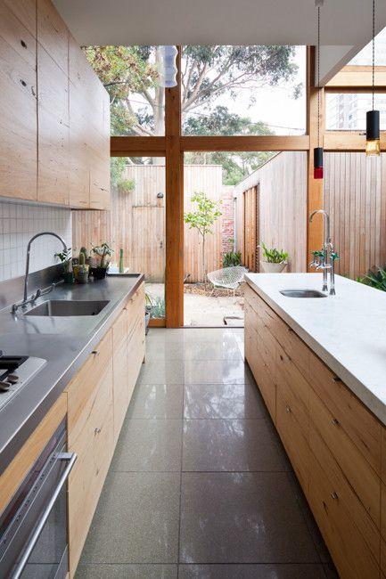 Suelo gris, encimera gris y armarios de madera Cocinas rusticas