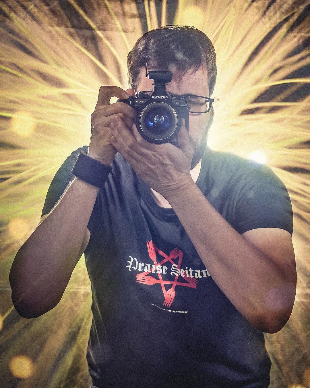 Praise Seitan! Sich selbst im Spiegel fotografieren während man den ...
