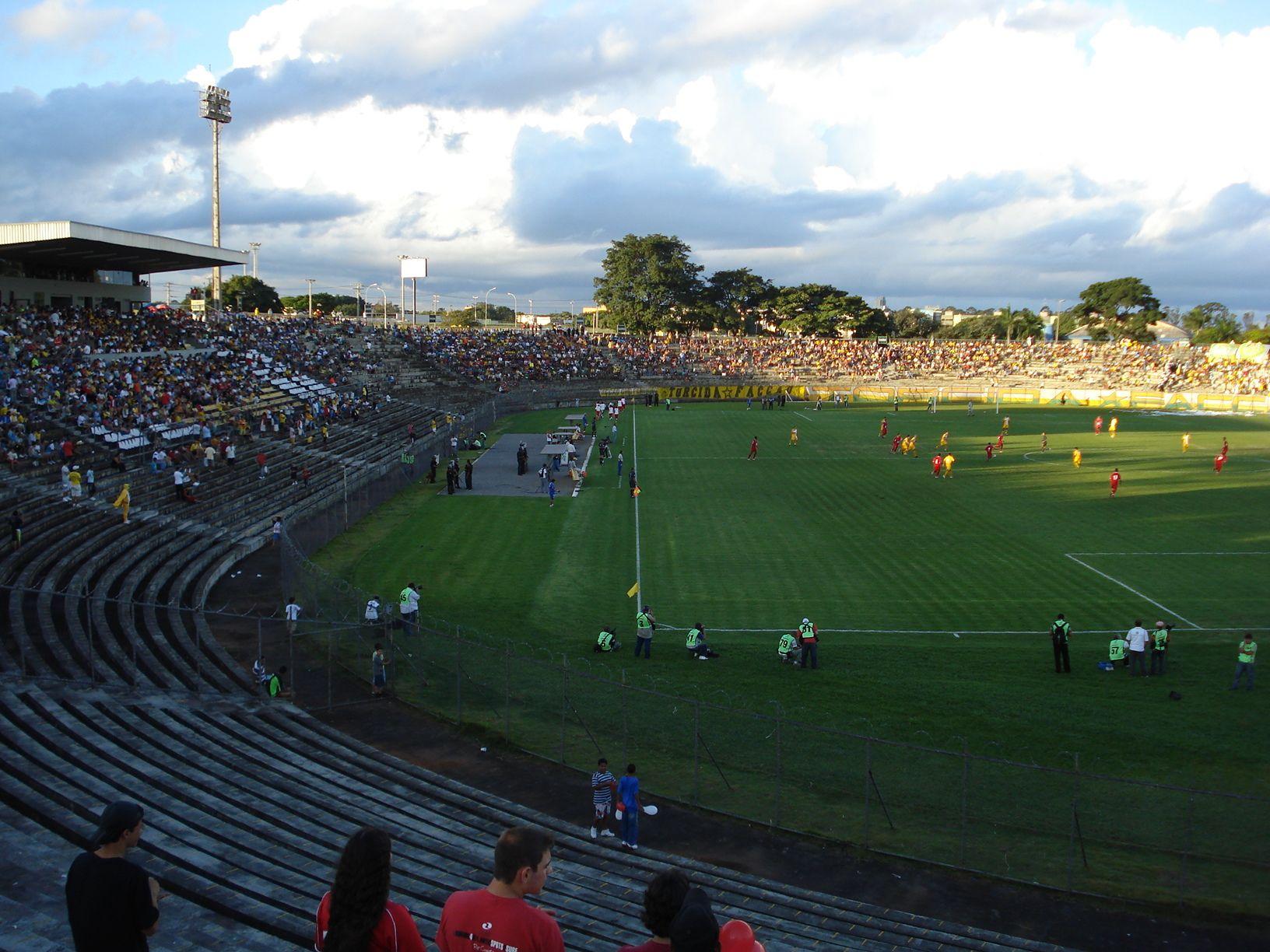 Estádio Elmo Serejo Farias (Boca do Jacaré) - Taguatinga (DF) - (Capacidade: 27 mil - Clubes: Taguatinga e Brasília