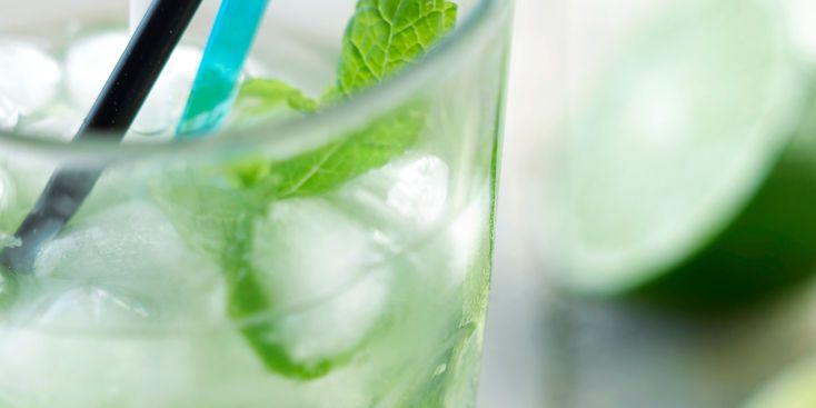 MOJITO ROYAL (Pour 1 P : 7 cl de rhum cubain • 1 citron vert • 3 cl de sucre de canne liquide • 15 cl de champagne  • 4 feuilles de menthe • 4 Glaçons ou 2 c à s de glace pilée)
