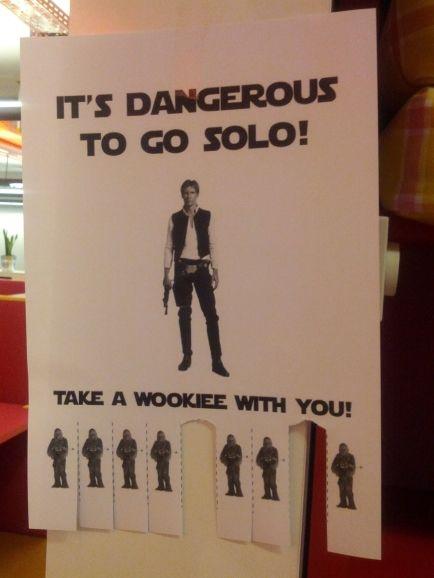 """Adorei esse trocadilho com o Han Solo: """"É perigoso andar só! Leve um Wookiee com você!"""""""