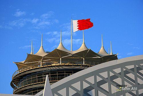 علم البحرين يعتلي حلبة البحرين الدولية Bahrain Grand Prix Race Track Bahrain