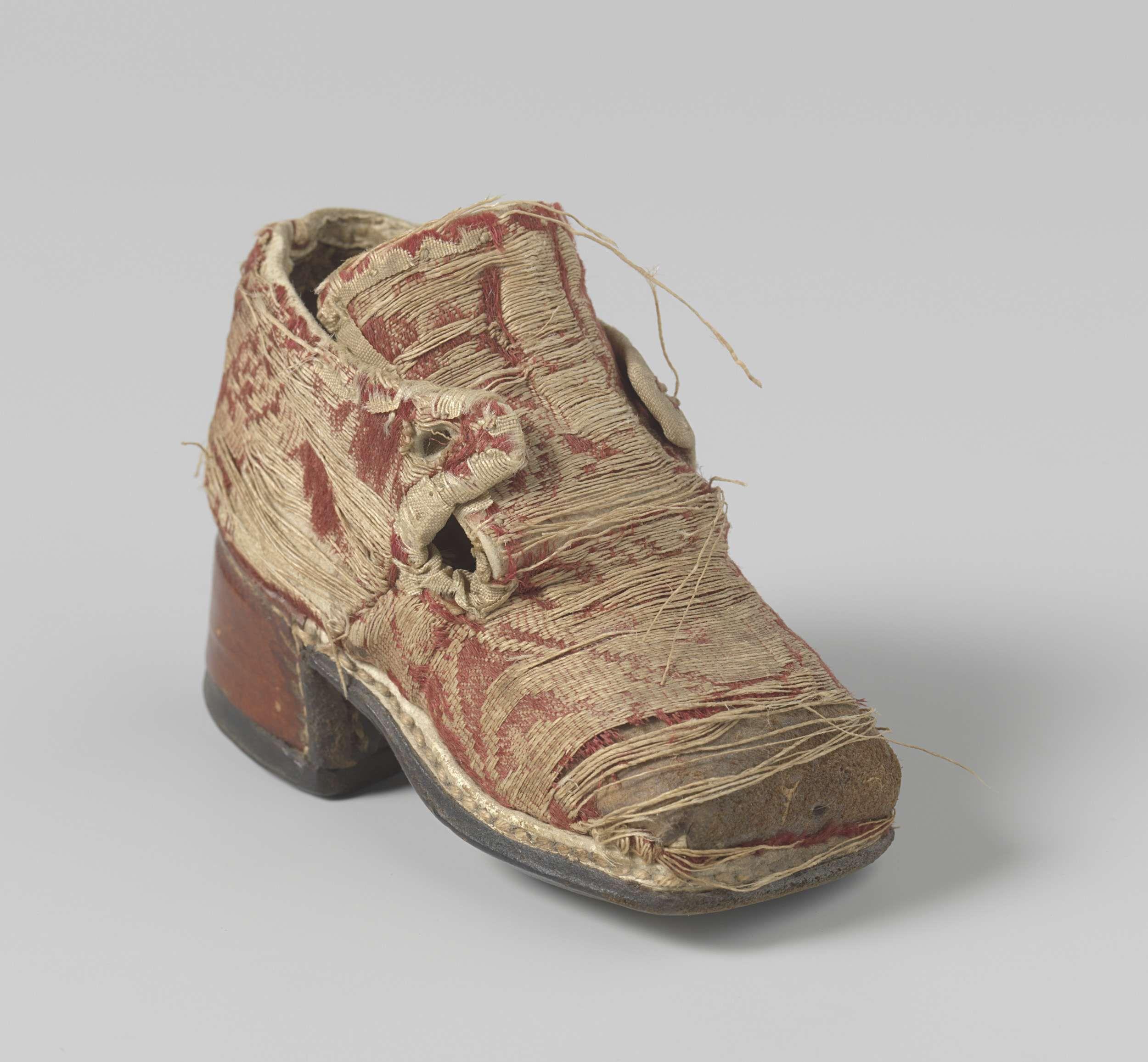 Anonymous   Schoen van gebrocheerde zijde, Anonymous, c. 1680 - c. 1690   Poppenschoen van rode gebrocheerde zijde, rode, vrij hoge hak. Vierkante neus, hoog oplopend voorblad, waarover twee lippen sluiten. De hak is overtrokken met rood leer,
