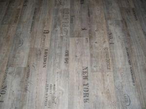 Pvc Fußboden Für Küche ~ Pvc bodenbelag holz optik planken grau mit schriftzügen cm