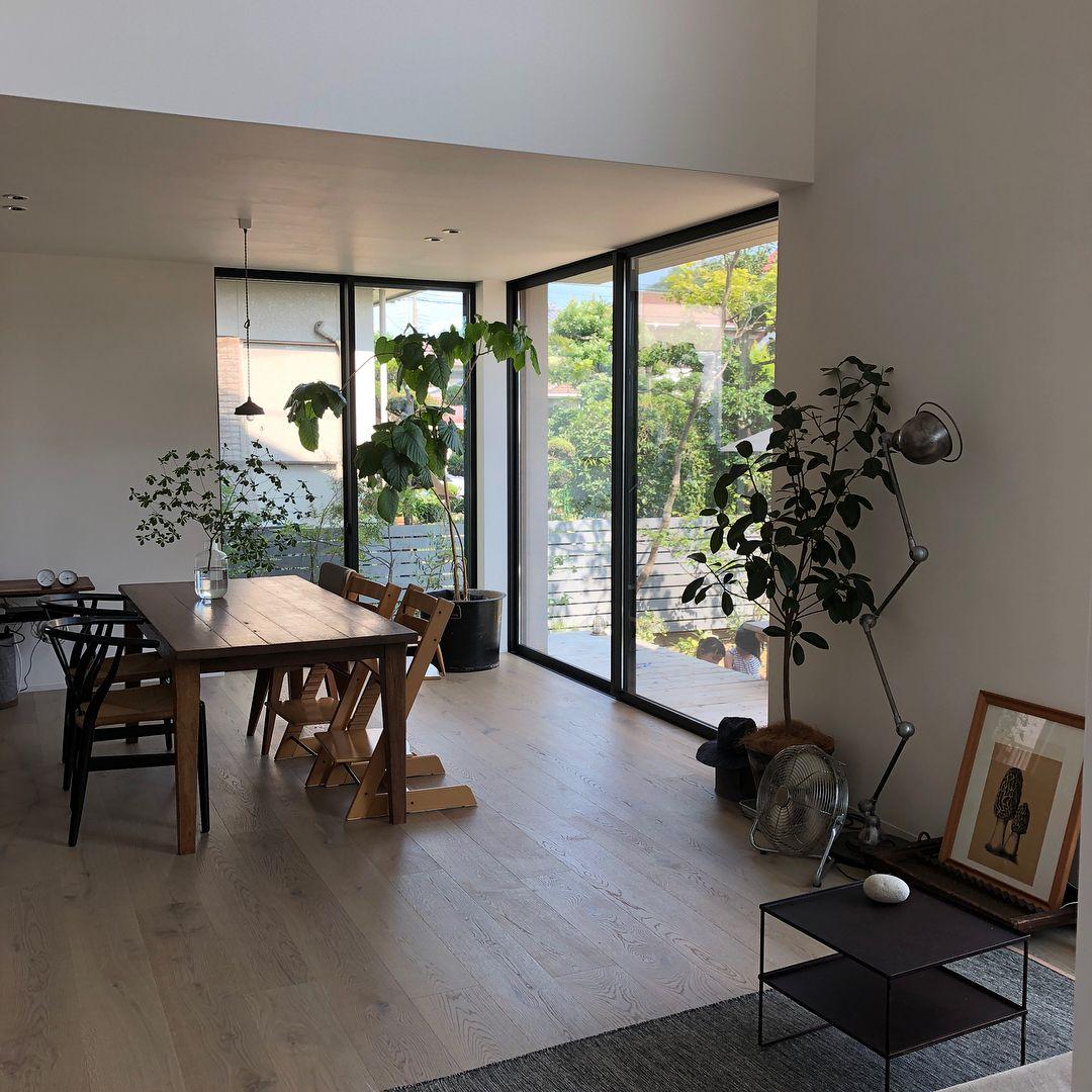 Chiakiさんはinstagramを利用しています 我が家の天井高 ダイニング側は230センチ 吹き抜けは500センチ です 230センチ 多分低い方です 見た目をすっきり させるために たれ壁を無しにするには 窓の最大高さ230 リビング インテリア カフェ 低い