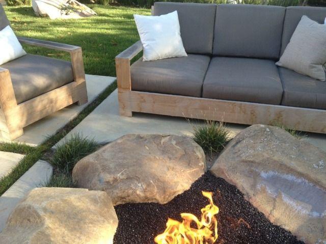 Feuerstelle Steinplatten Terrasse Holz Gartenmöbel - garten terrasse holz anlegen