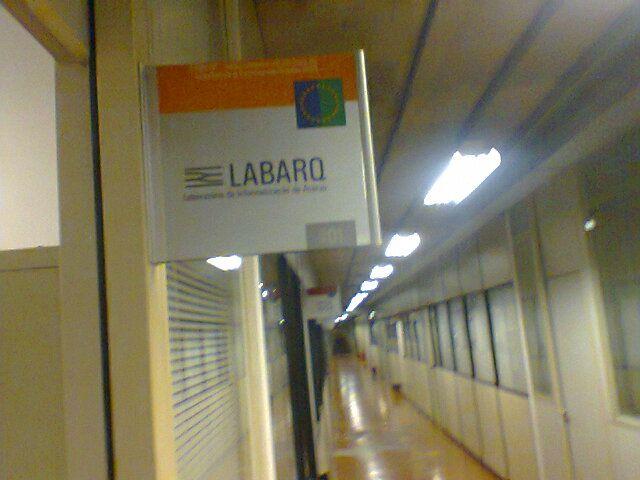 FAU - Serve para informar o nome do laboratório aos passantes. Provavelmente feito pelos responsáveis pelo laboratório para os passantes.