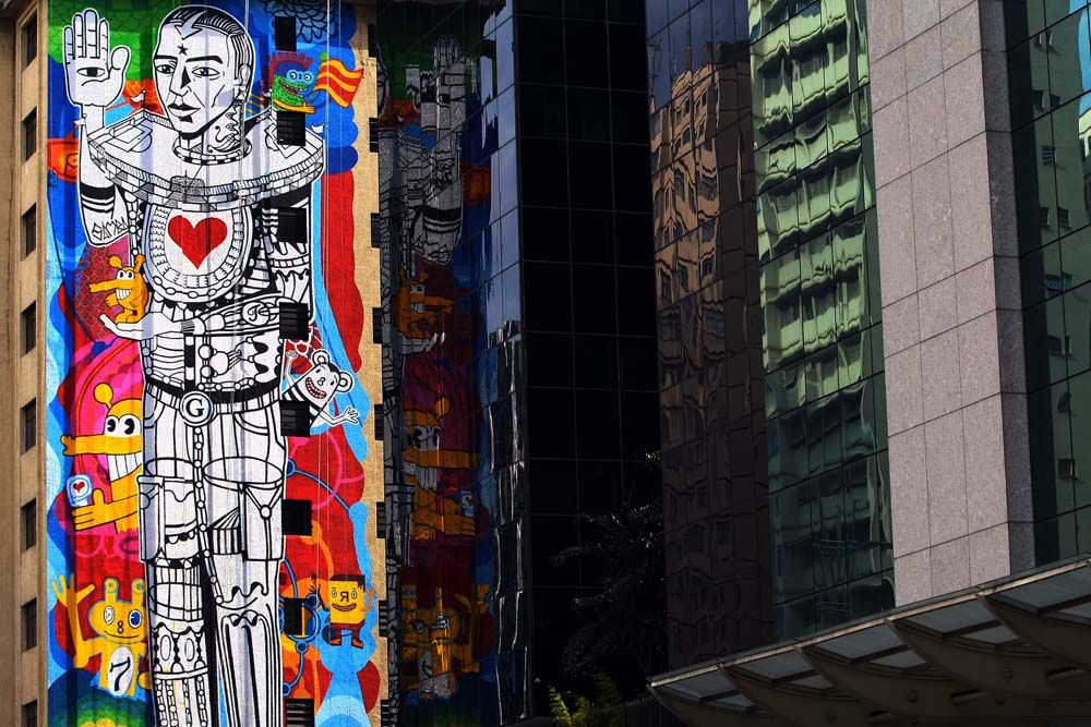 Avenida Paulista, arte apoiada pela prefeitura de São Paulo. Poderia ser assim em todos as cidades, fazem de um prédio frio, uma paisagem com cores vivas!