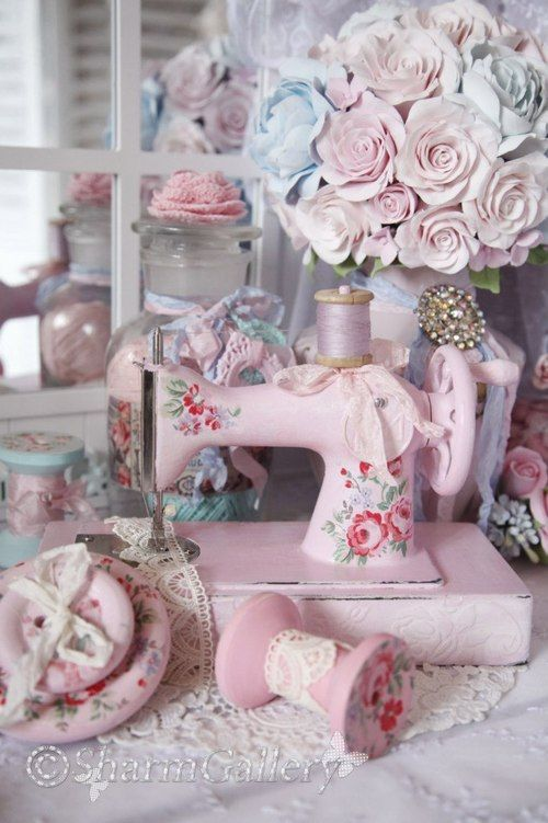 shabby chic sewing machine table if it sews i d have it pink rh pinterest com