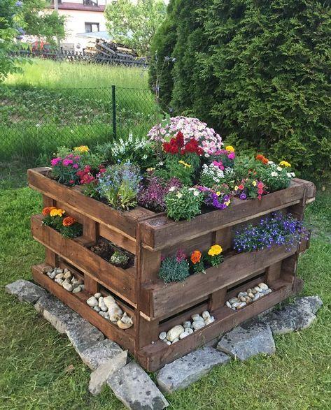 Paletten Hochbeet Mit Blumenpflanzung Einfach Garten In 2020 Paletten Garten Garten Hochbeet Palettengarten