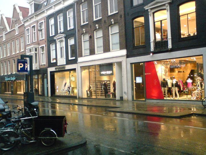 2da37559674 Bezoek zéker de P.C. Hooftstraat, de duurste winkelstraat van Nederland met  merken als Gucci en Louis Vuitton. De kans is groot dat je hier een bekende  ...