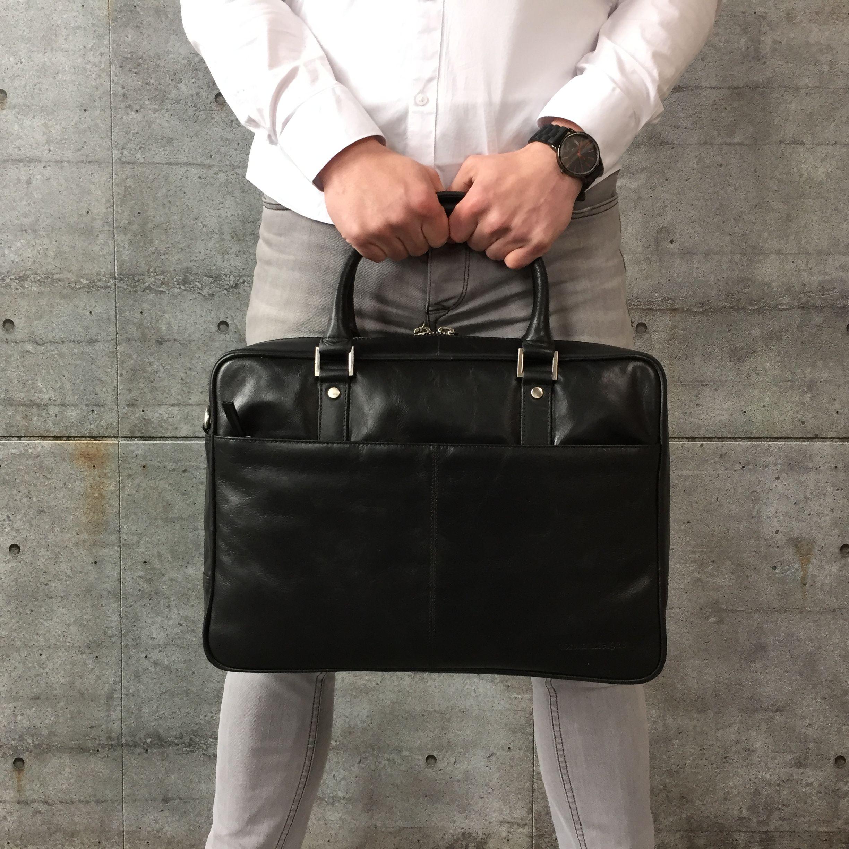 707d0ca01a5 Dbramante1928 Rosenborg, stijlvol & stoer! #dbramante #dbramante1928  #rosenborg #leatherlaptopbag #