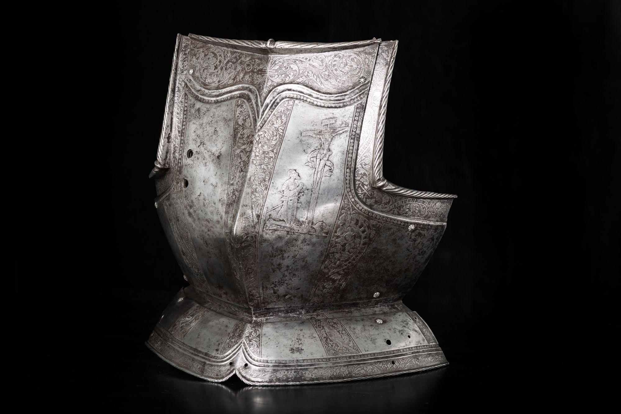 Нагрудник доспеха. Мастер Петер Шпеер. 1562 г. Священная Римская империя германской нации, Германия, Саксония. Сталь, ковка, выколотка по форме, травление, гравировка, чернь. Высота - 38 см; ширина - 39 см.