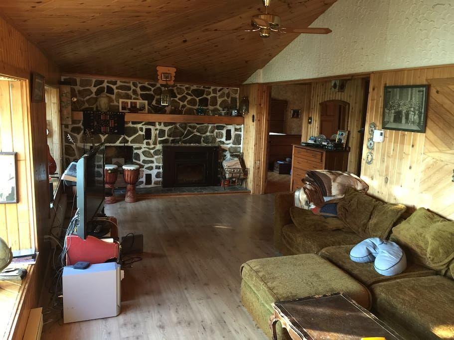Grand salon rustique télé satellite et foyer chalet pinterest