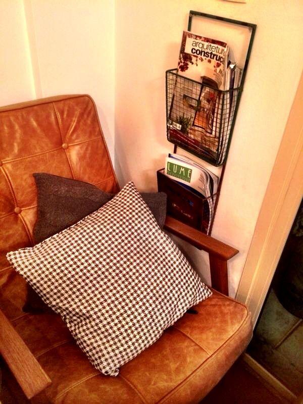 Cantinho para a leitura do projeto Maru Arquitetura, com as almofadas pied poule cinza e tricot tranças cinza mescla. Uma delícia! www.704home.com.br
