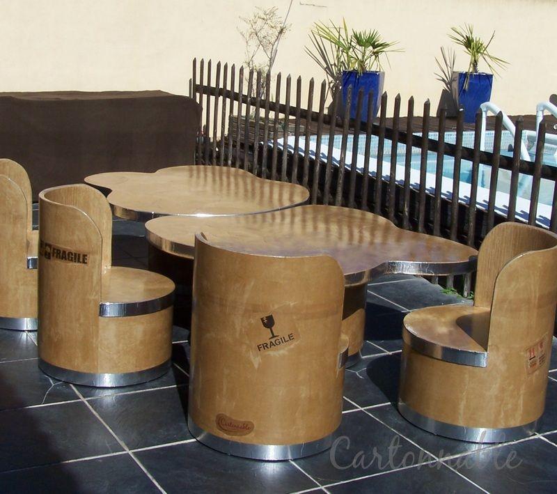 Ensemble de tables et fauteuils réalisés en carton