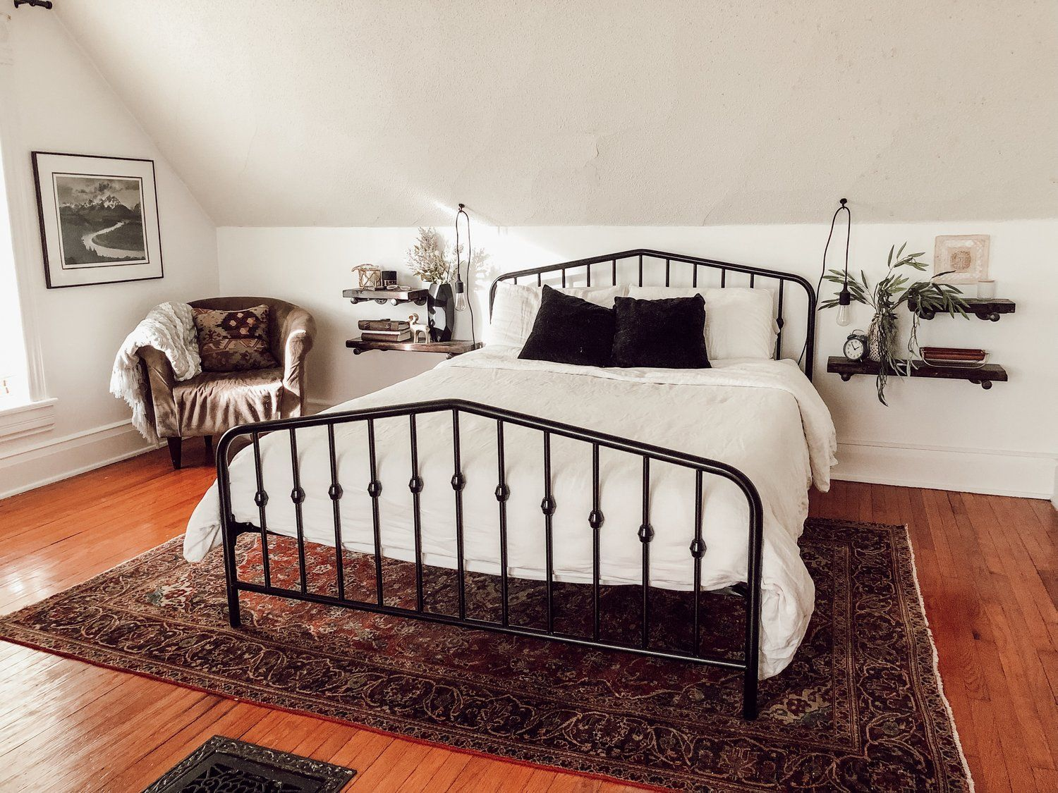 Love The Minimalist Design Of This Bedroom The Persian Rug And