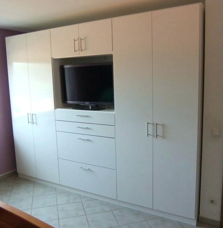 schlafzimmer schrank mit eingebautem fernseher wohn design. Black Bedroom Furniture Sets. Home Design Ideas