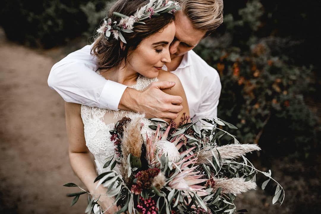 So Nah Und Vertraut Kuscheln Sich Diese Beiden Frisch Vermahlten Aneinander Es Hat Uns Grossen Spass Gemacht Die Blumen Fur Dieses Tolle S Braut Fotos Blumen