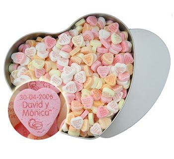 Una lata grande con caramelos en forma de corazón en sabor fruta.Personalizadas con vuestros nombres.Un detalle original para el celebración de homenaje. www.fabricadelasuerte.es