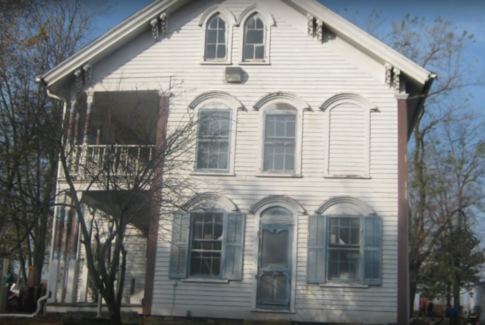 the story behind this haunted iowa house is truly terrifying rh pinterest com