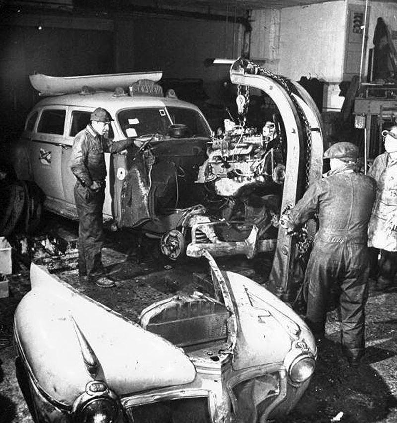 Garage Usa 1944 Mecanique Automobile Utilisant Un Palan Pour Faire Tomber Le Moteur D Un Taxi En Reparation Dans Le Garage New York Taxi Vintage Cars Vintage