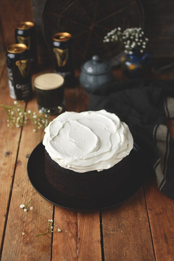 Ein saftiger Schokoladenkuchen mit Guinness gebacken. Das Bier sorgt für eine herrliche Konsistenz und intensiviert den Schokoladengeschmack.