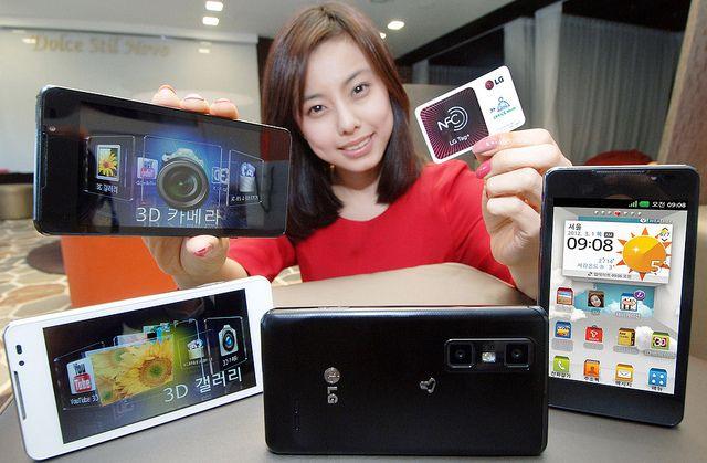 LG전자가 3월 초 차세대 3D 스마트폰 '옵티머스 3D Cube, (모델명: LG-SU870)'를 국내에서 출시한다.    사진] '옵티머스 3D Cube, (모델명: LG-SU870)'를 들고 모델이 포즈를 취하고 있다.    ※ LG전자 뉴스룸 ( lgnewsroom.co.kr ) 에서 관련 보도자료를 확인실 수 있습니다.     http://hc.com.vn  http://hc.com.vn/vien-thong  http://hc.com.vn/vien-thong/dien-thoai-di-dong.html