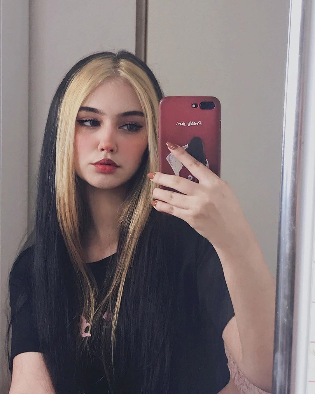 21 Trending E Girl Hairstyles Thatll Turn You Into A Tiktok Queen In 2020 Hair Color Streaks Hair Inspiration Color Girl Hair Colors