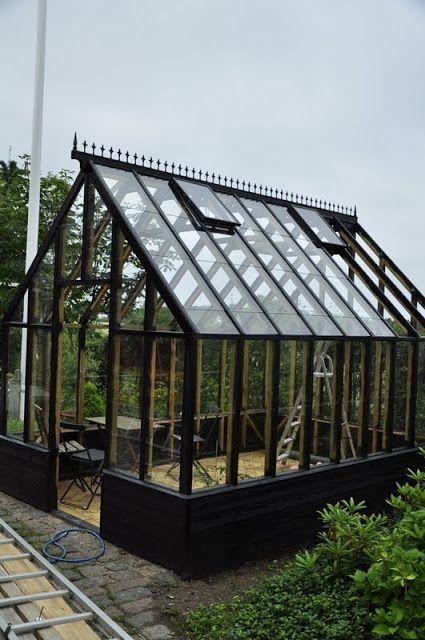 En gårdhave på Erholmvænget: Wooden Greenhouse
