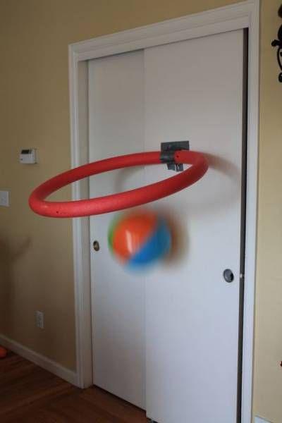 Diy Un Panier De Basket Pour La Chambre A Partir D Une Nouille De Piscine Nouilles De Piscine Frite Piscine Et Panier De Basket