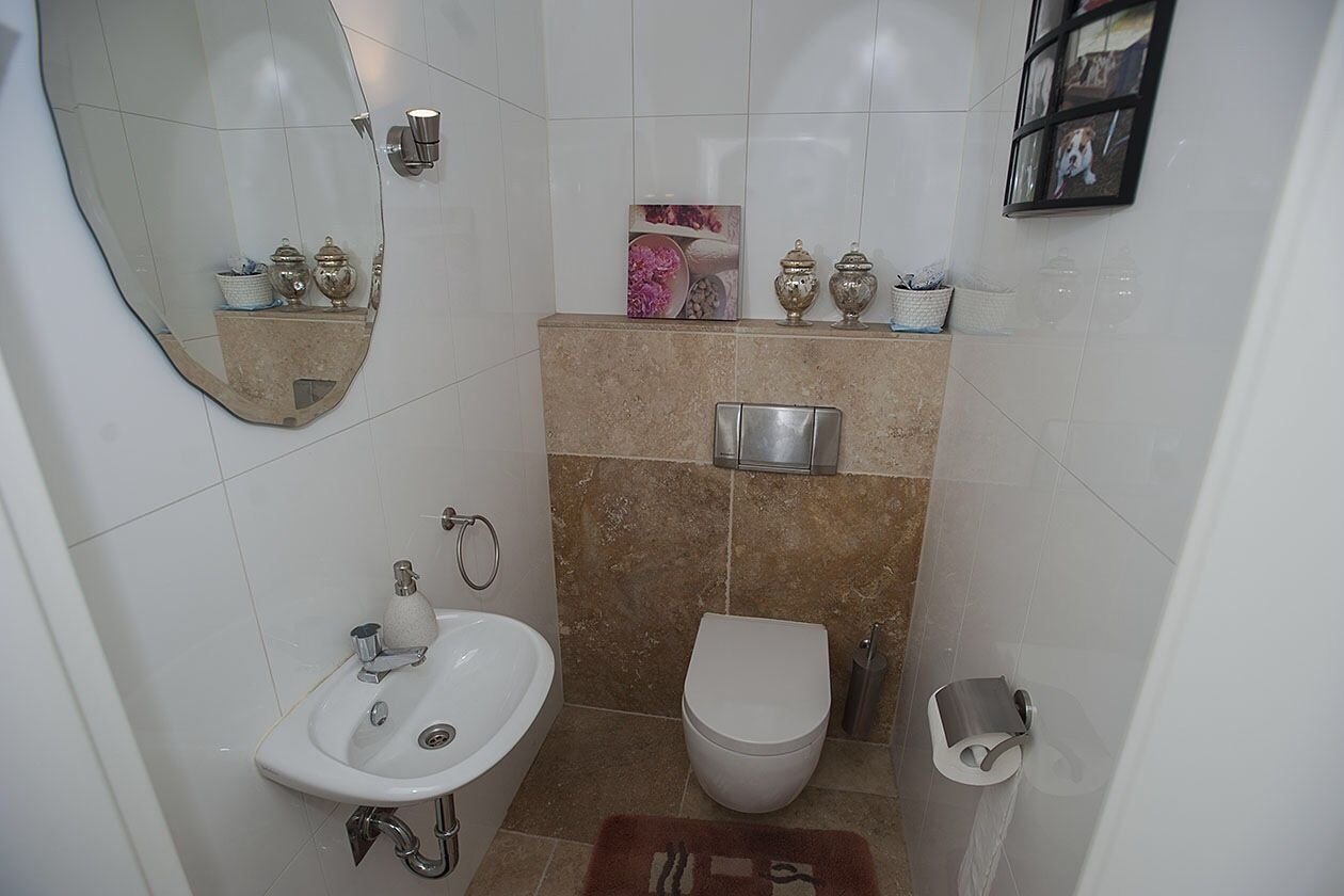 Tegels Badkamer Enschede : Toilet net buiten enschede met verouderd natuursteen en glans