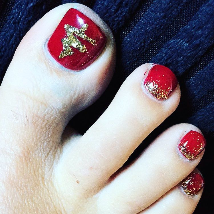 60 Pretty Christmas Toe Nail Designs For Holiday Blurmark Toe Nail Designs Red Toenails Christmas Toes