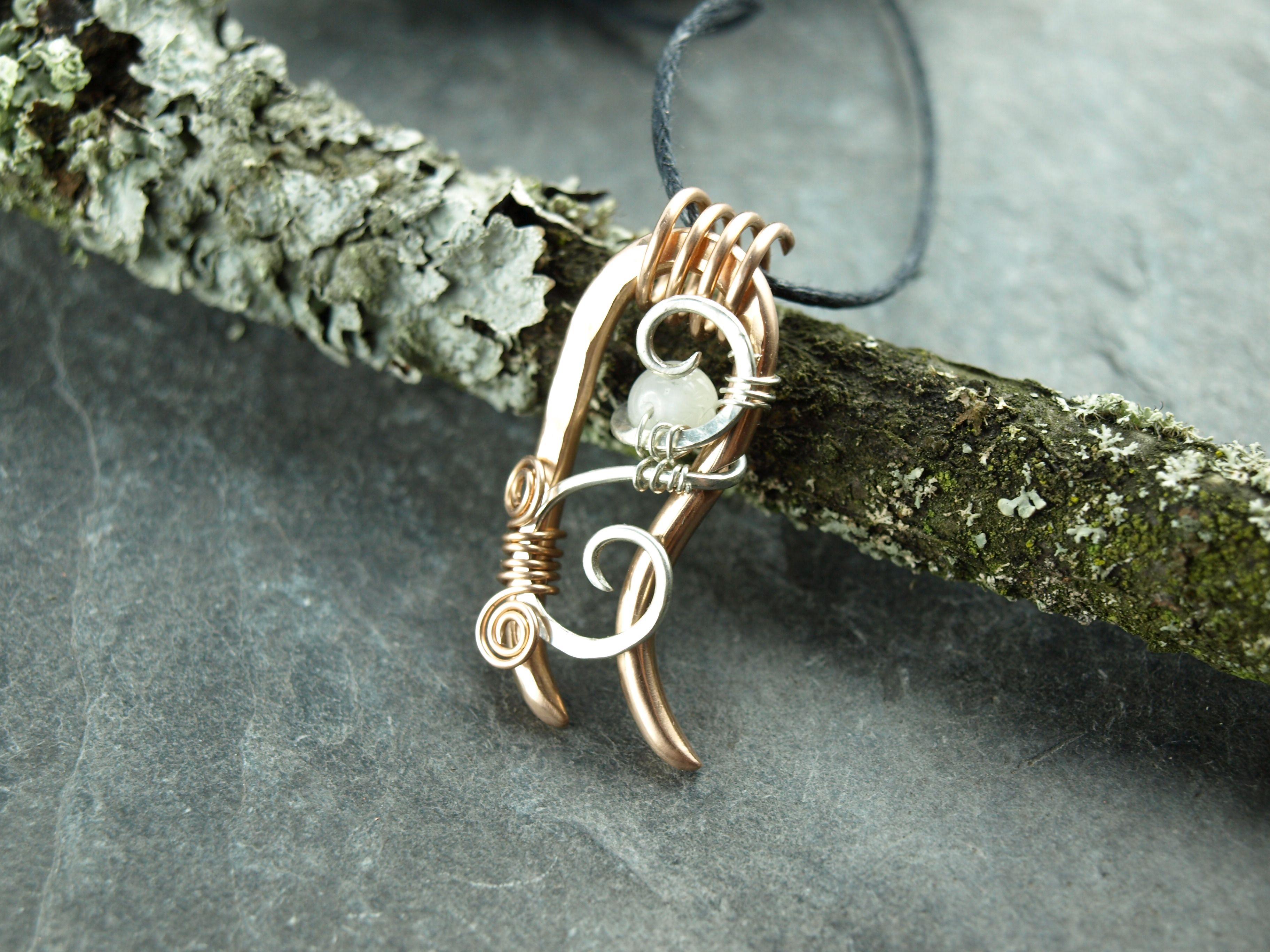 Pendant: bronze, sterlingsilver with moonstone - Anhänger aus Bronze mit Echtsilberspirale und Mondstein