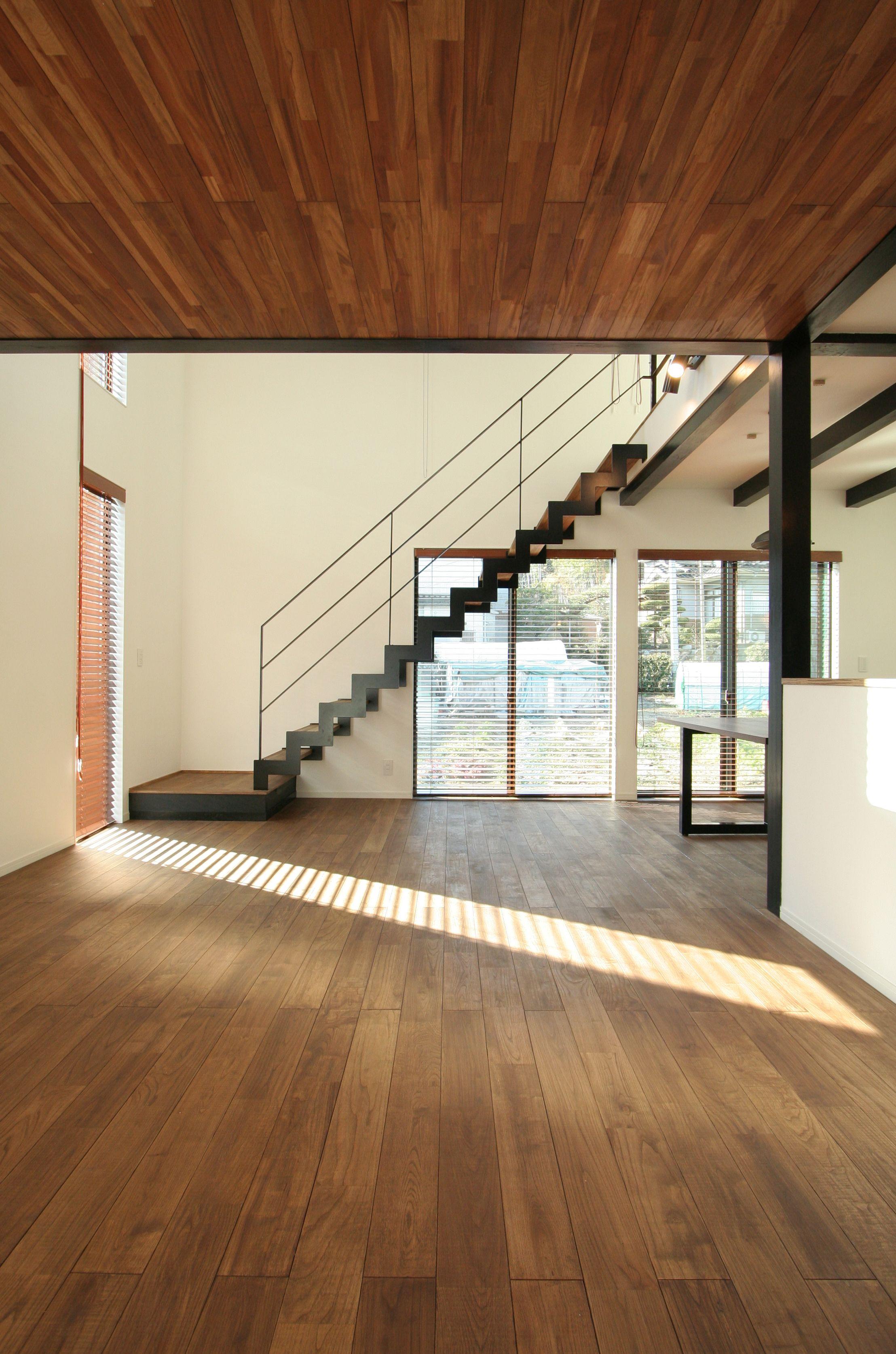 天井と床にダークブラウンの無垢材を使ったビンテージ調のダイナミック