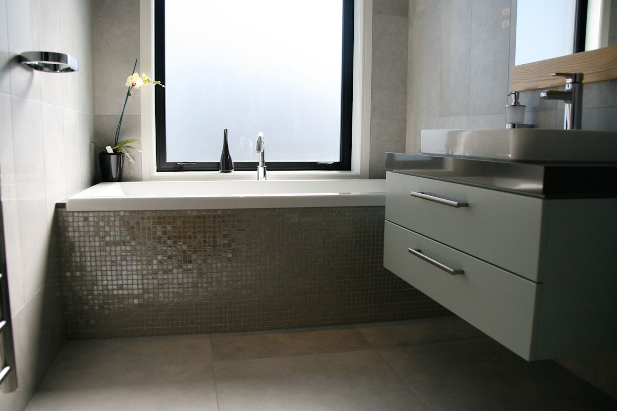 Vetro Mosaic Bath Feature With Graffiti Bathroom Tiles Auckland Karaka Heritage Tiles Www