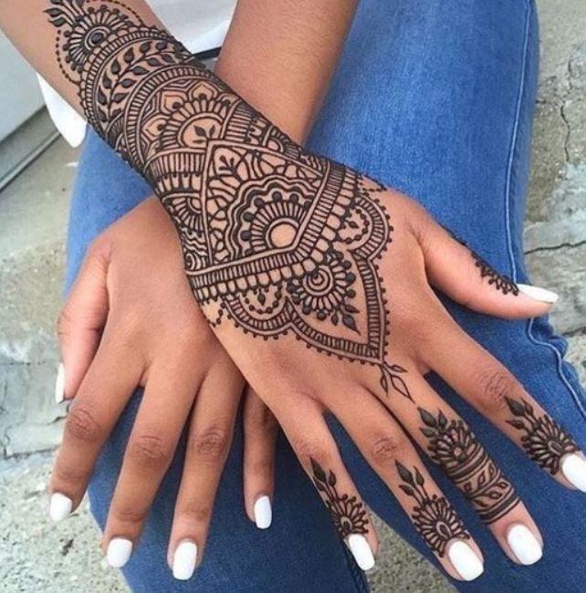 24 Henna Tattoos By Rachel Goldman You Must See: Tatuaggio-mandala-sul-polso-e-sulla-mano