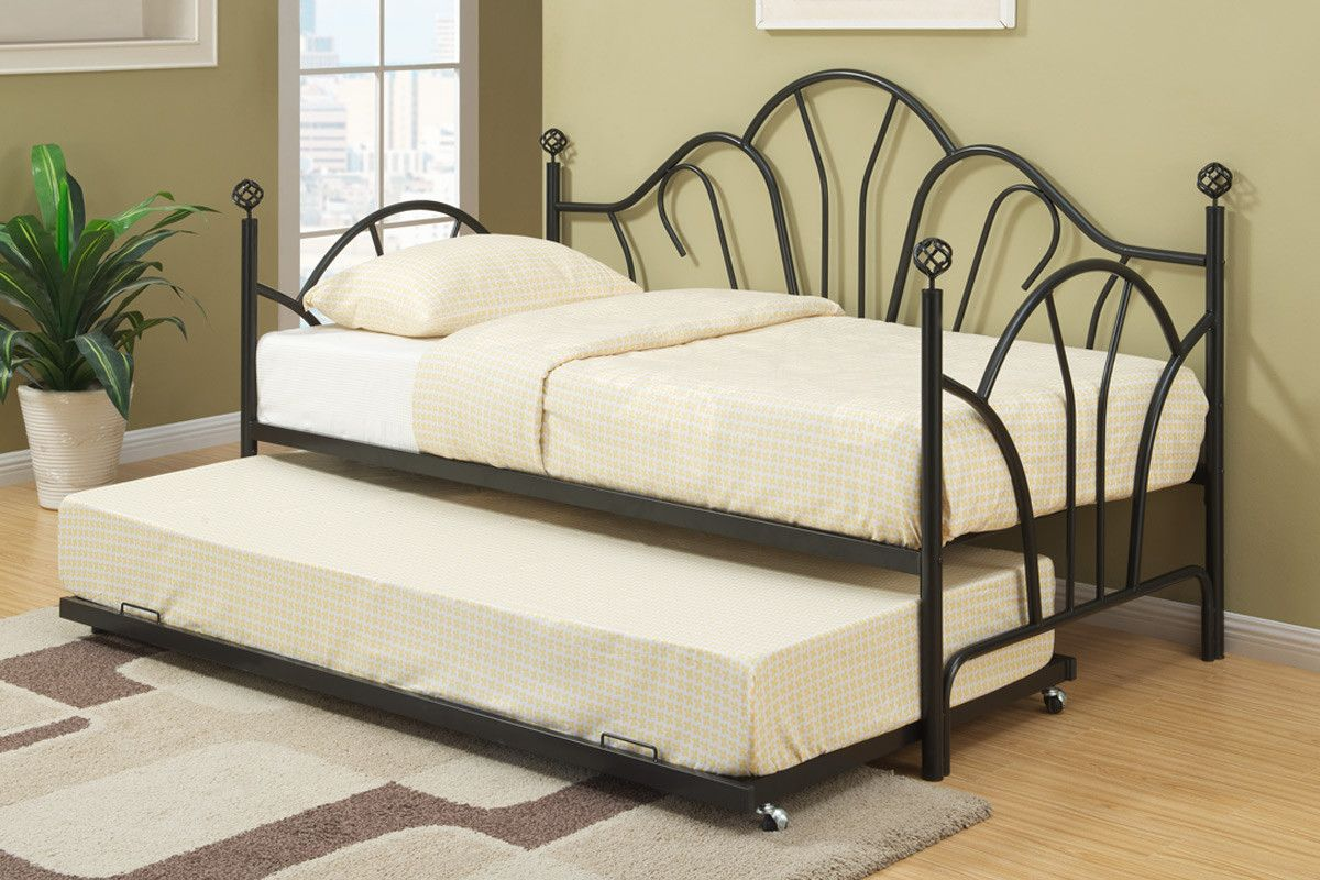 Best Daybed F9237 Curvaceous Lines And This Black Metal Framed 640 x 480