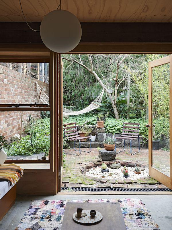 Ikkunan karmit ja rento piha