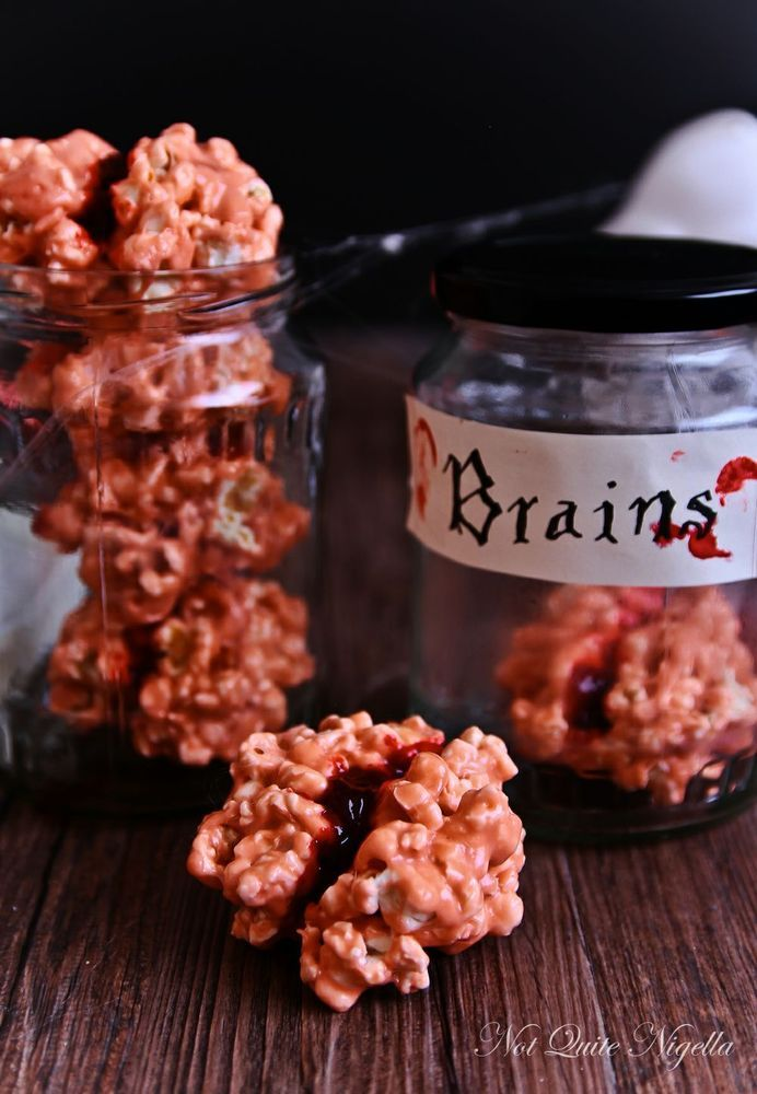Bloody Popcorn Brains -- these are so easy (and creepy) perfect for a Halloween party!