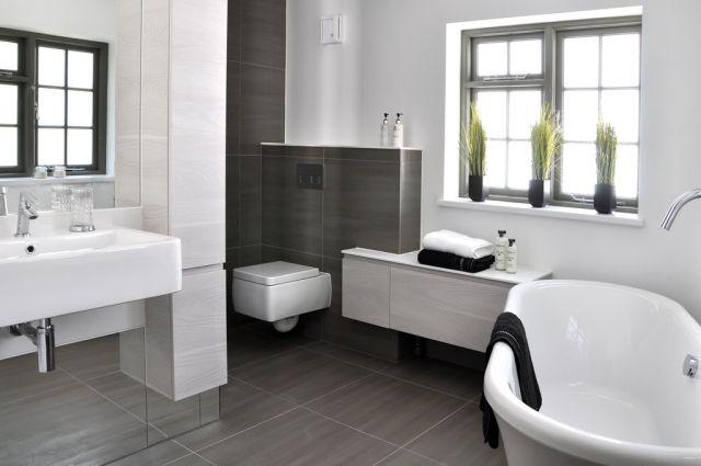 Badezimmer Bilder Modern Graue Wand Bodenfliesen Badewanne Fenster