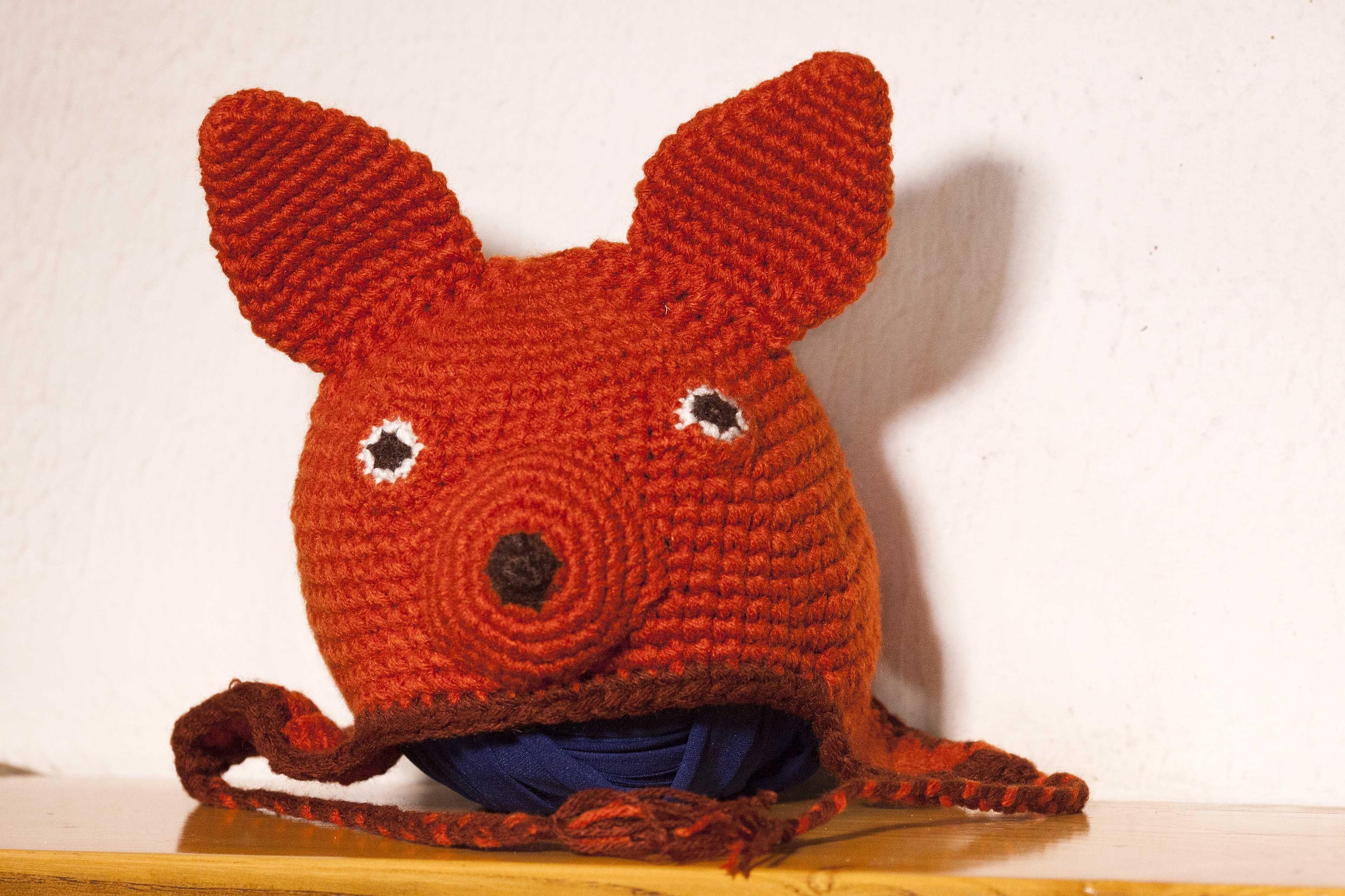Cappellino volpe color terracotta realizzato all'uncinetto.