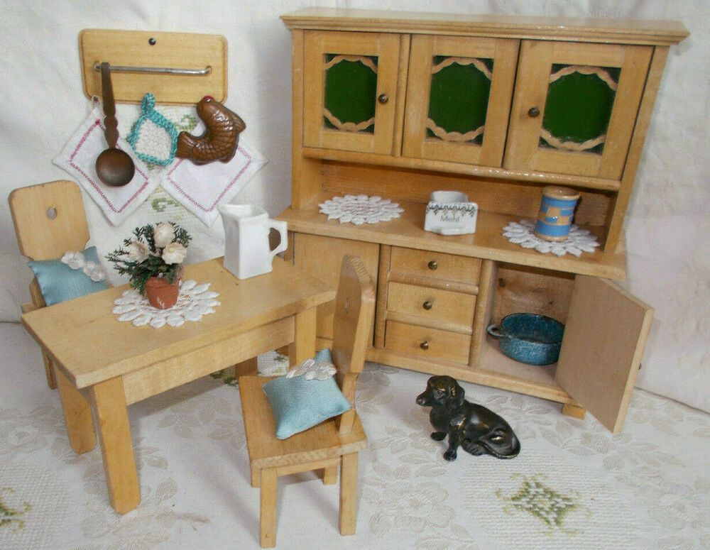Puppenstube Kuche Um 1920 Buffet Kuchenschrank Holz Glastisch 2 Stuhle Zubehor Puppenstube Glastische Buffet