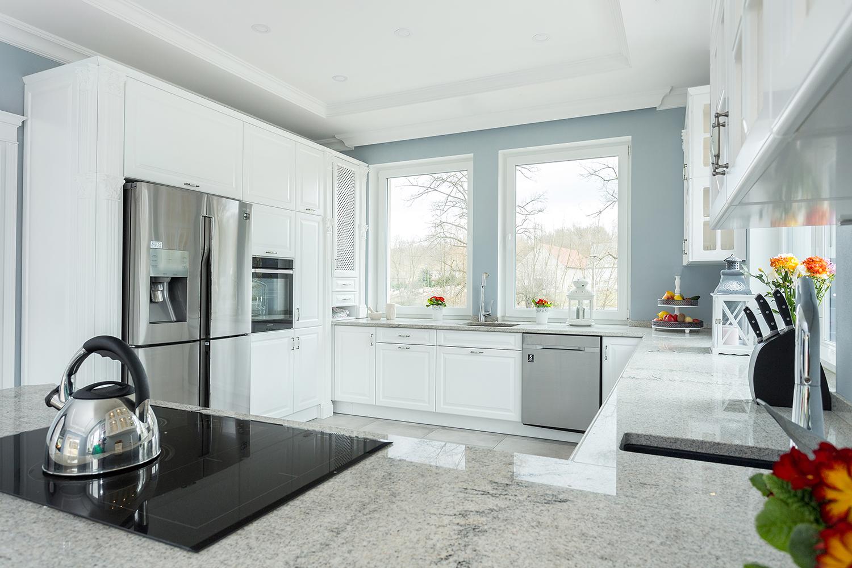 Polaczenie Bieli Z Szaroscia To Najmodniejsze Zestawienie Kolorystyczne W Nowoczesnych Wnetrzach Kuchnia Meble Studio Aranzacja Wne Home Home Decor Decor