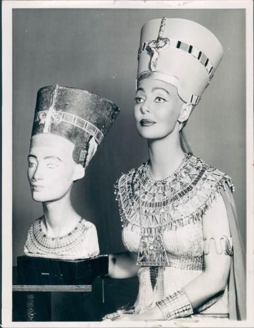 1957 actress Loretta Young as Nefertiti