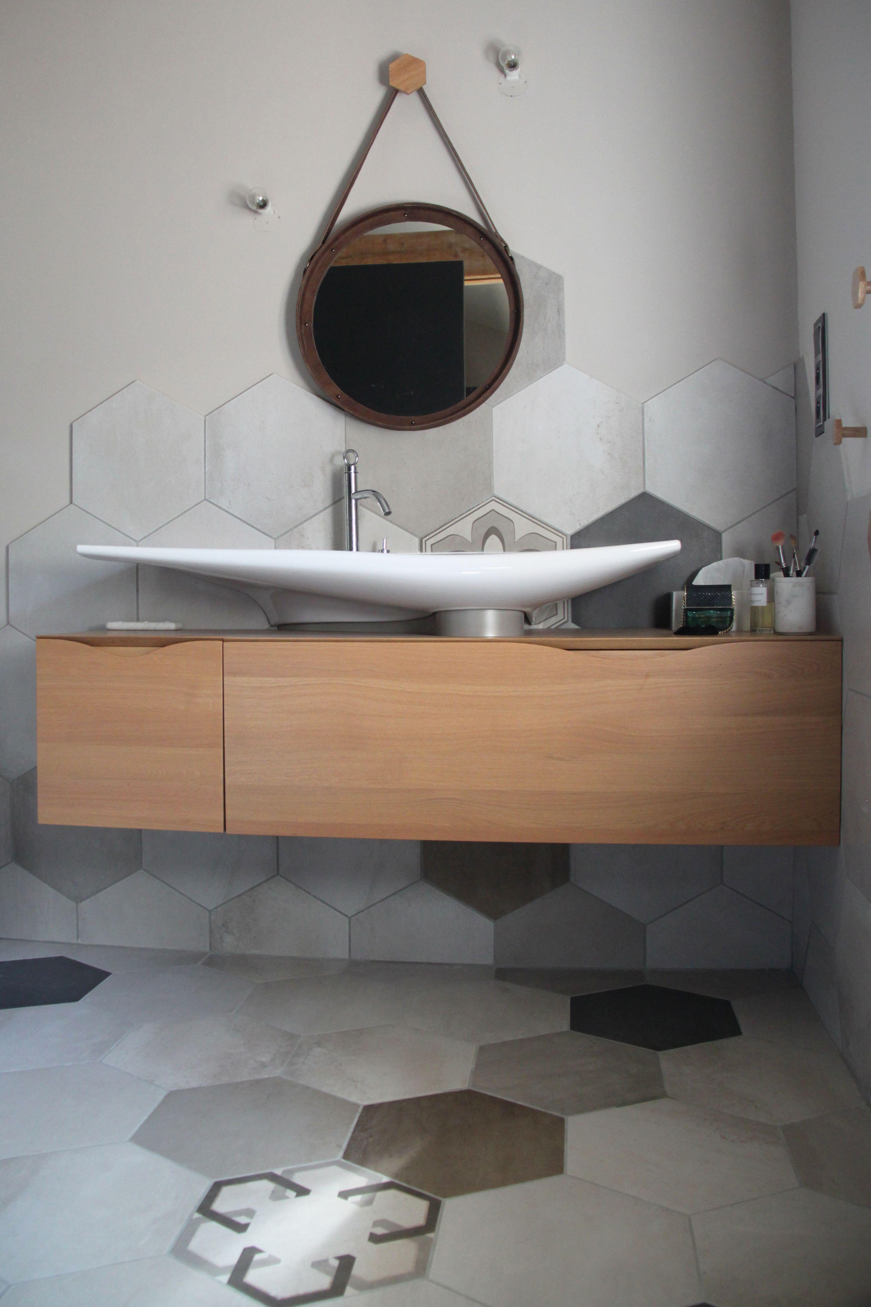 une salle de bain avec une grande vasque design et pur e sur un meuble en bois suspendu avec. Black Bedroom Furniture Sets. Home Design Ideas