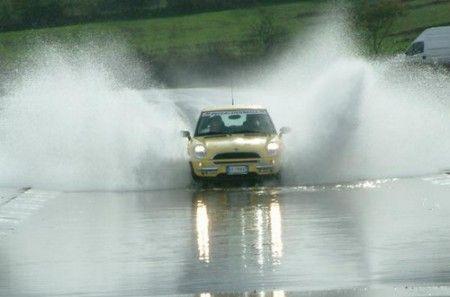 Aquaplaning – niebezpieczeństwo na drodze. http://manmax.pl/aquaplaning-niebezpieczenstwo-drodze/